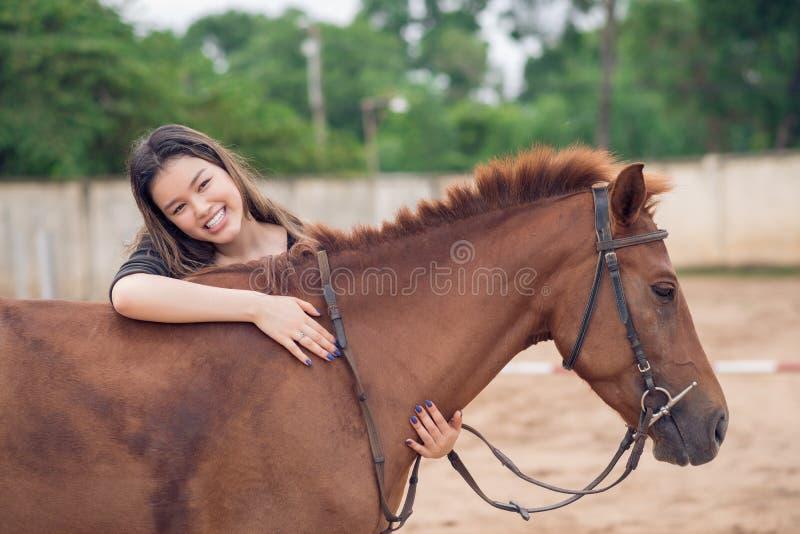 Omfamna hästen royaltyfria foton
