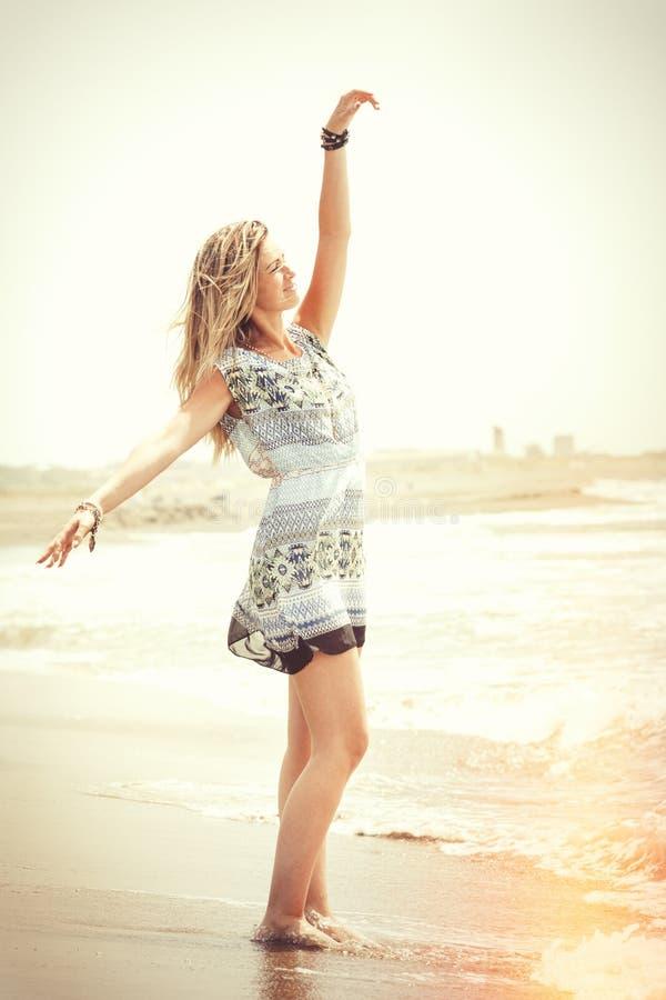 Omfamna havet, dröm- strandkvinna Fred och frihet royaltyfri fotografi
