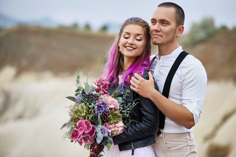 Omfamna och kyssa ett par som är förälskat på en vårmorgon i natur Valentin dag, ett nära förhållande mellan en man och en kvinna arkivbild
