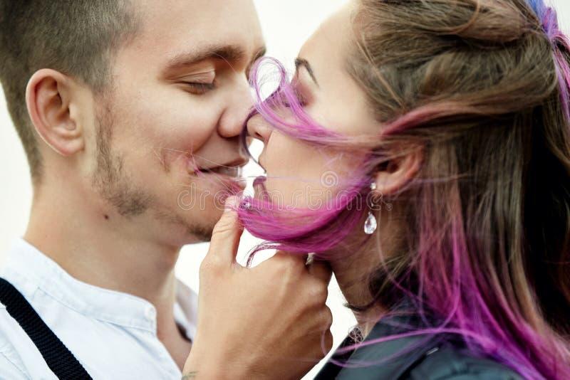 Omfamna och kyssa ett par som är förälskat på en vårmorgon i natur Valentin dag, ett nära förhållande mellan en man och en kvinna royaltyfria bilder
