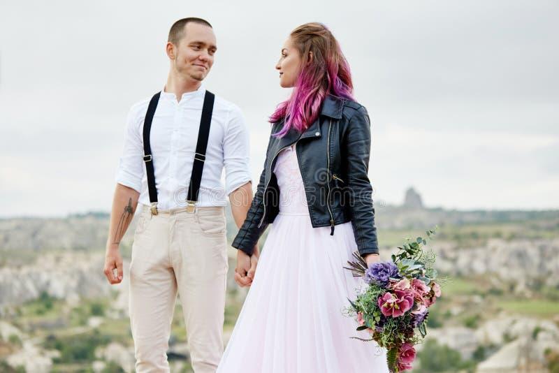 Omfamna och kyssa ett par som är förälskat på en vårmorgon i natur Valentin dag, ett nära förhållande mellan en man och en kvinna royaltyfri bild