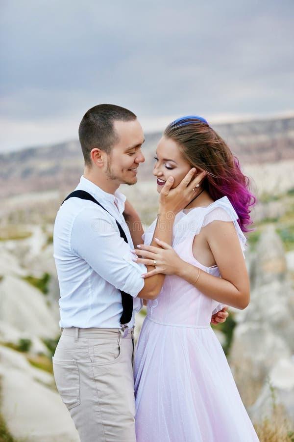 Omfamna och kyssa ett par som är förälskat på en vårmorgon i natur Valentin dag, ett nära förhållande mellan en man och en kvinna fotografering för bildbyråer