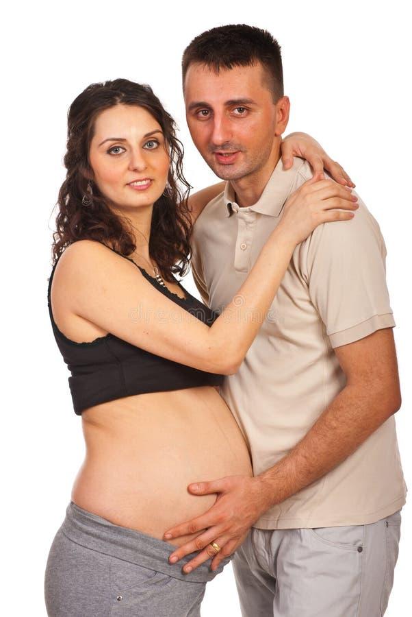 Omfamnade gravida par royaltyfri fotografi