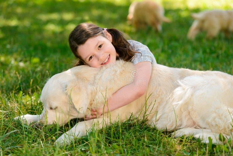 Omfamning av hunden och ägaren arkivbild