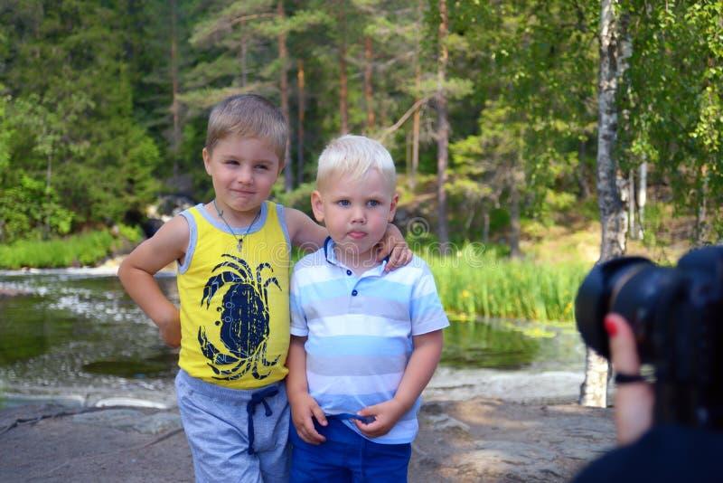 Omfamning för två lilla bröder som ska fotograferas fotografering för bildbyråer