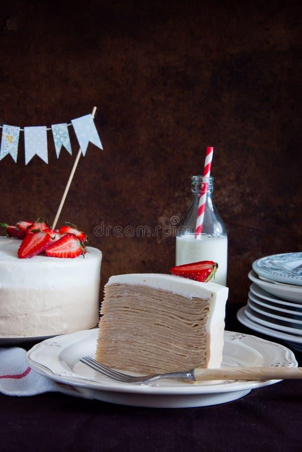 Omfloers cake Napoleon met aardbeien stock fotografie