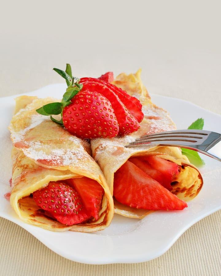 Omfloerst met aardbeien met aangedreven suiker worden bestrooid die royalty-vrije stock afbeelding