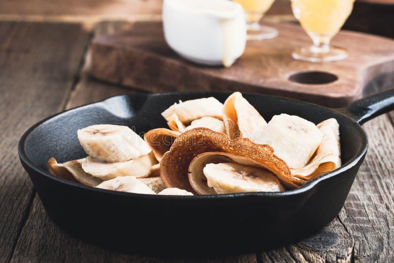 Omfloerst met bananen en de saus van de roomkaramel stock afbeelding