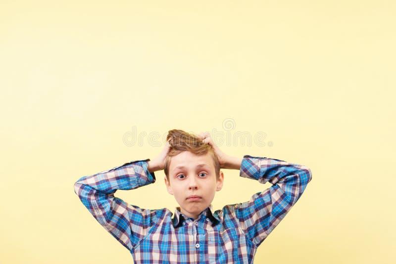 Omg难以相信的震动触目惊心 有大开的目瞪口呆的男孩 库存图片