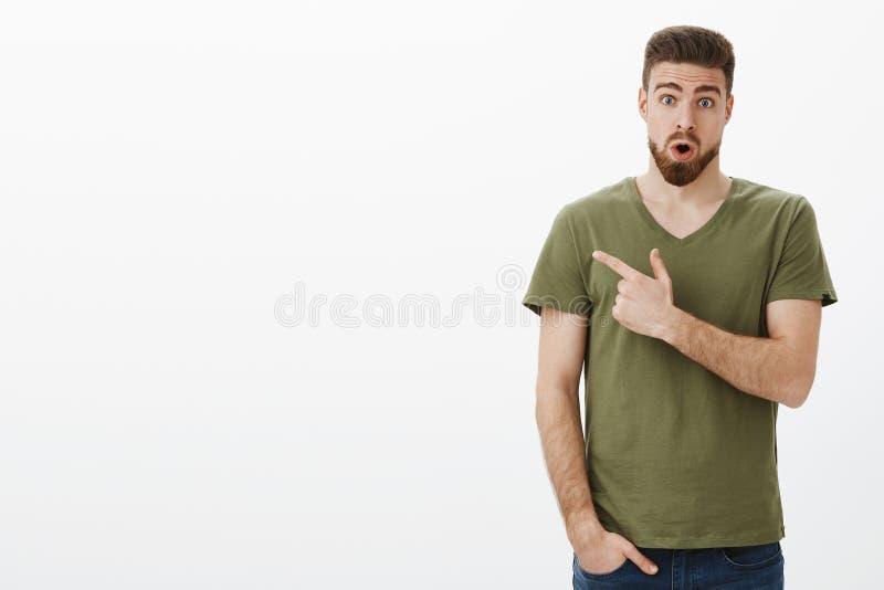 Omg è vero, verifica Ritratto della mandibola barbuta bella senza parole stupita di goccia del tipo da stupefazione come vedere fotografie stock libere da diritti