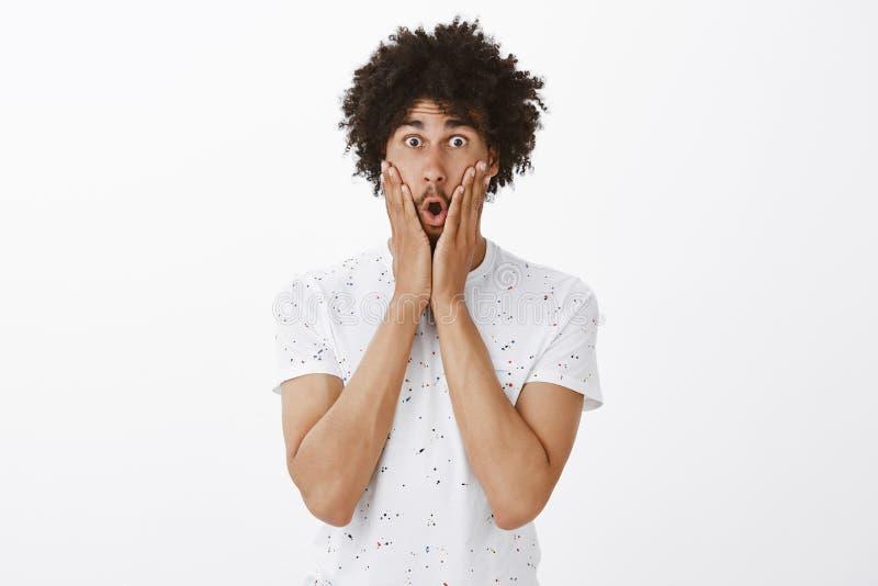 Omg, ce qui s'est produit Modèle hispanique mûr beau stupéfait émotif avec la moustache et la coiffure Afro, mâchoire de chute images libres de droits