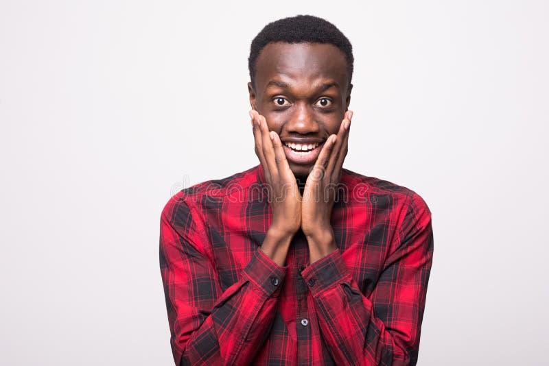 OMG Het halve profielschot van grappige jonge zwarte mens vooruitzien het met uitpuilende ogen van hem met mond opende wijd en ge stock afbeelding