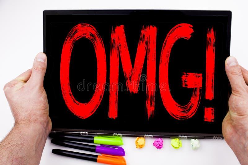 OMG tekst pisać na pastylce O mój boże, komputer w biurze z markierem, pióro, materiały Biznesowy pojęcie dla niespodzianka humor obraz stock
