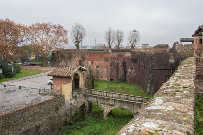 Omge med vallgrav och överbrygga till maingaten av den Medici fästningen av Santa Barbara Pistoia tuscany italy royaltyfri foto