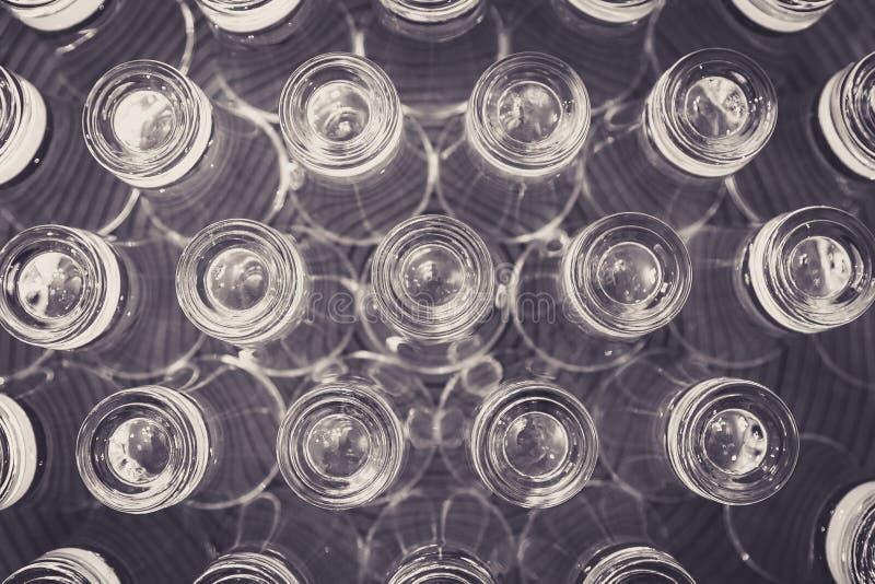 Omgekeerde geschotene glazen op een plaatachtergrond stock foto