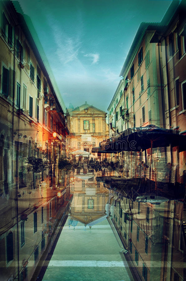 omgekeerde weerspiegeling van straatnacht stock foto's