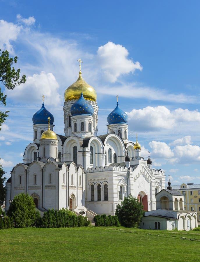 Omgestaltningdomkyrka på den gamla historiska vita kyrkan för Nikolo Ugreshskiy kloster med blåa guld- kupoler på en vårsommardag royaltyfria foton