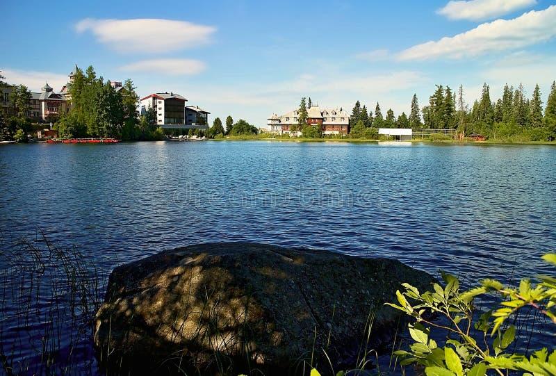 OmgivningStrbske sjön bakifrån en stor sten arkivbilder