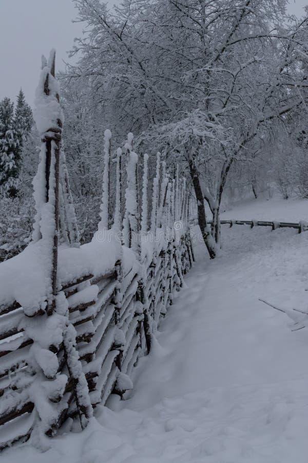 Omheining die met sneeuw wordt behandeld stock afbeeldingen