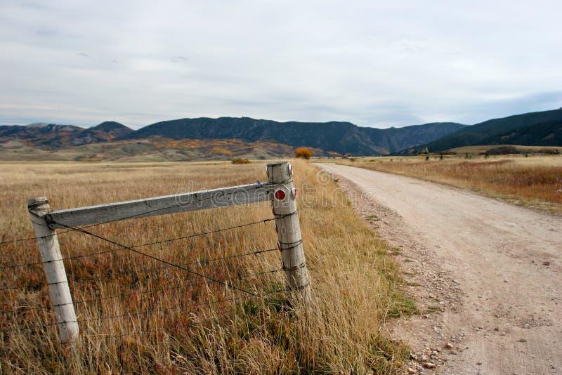 Download Omheining en weg stock foto. Afbeelding bestaande uit grint - 291300