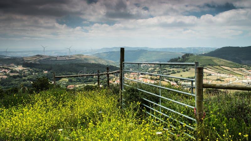 Omheining op een heuvelig landschap stock afbeelding