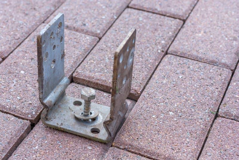 Omheiningsbouw of carport bouw met een postkoker op een straatsteen stock afbeelding