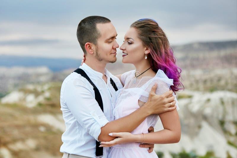 Omhels en kus een paar in liefde op een de lenteochtend in aard De dag van Valentine, een dichte verhouding tussen een man en een royalty-vrije stock fotografie