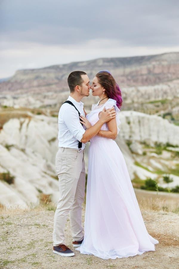 Omhels en kus een paar in liefde op een de lenteochtend in aard De dag van Valentine, een dichte verhouding tussen een man en een stock afbeelding