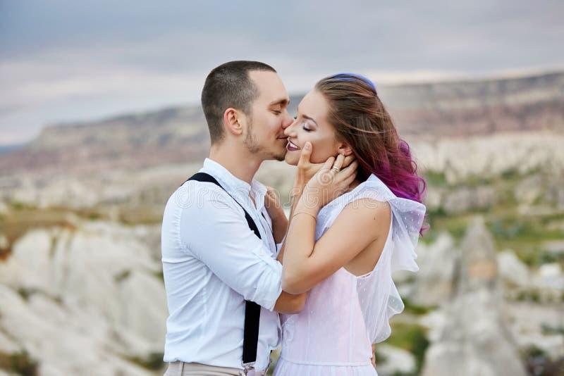 Omhels en kus een paar in liefde op een de lenteochtend in aard De dag van Valentine, een dichte verhouding tussen een man en een stock afbeeldingen