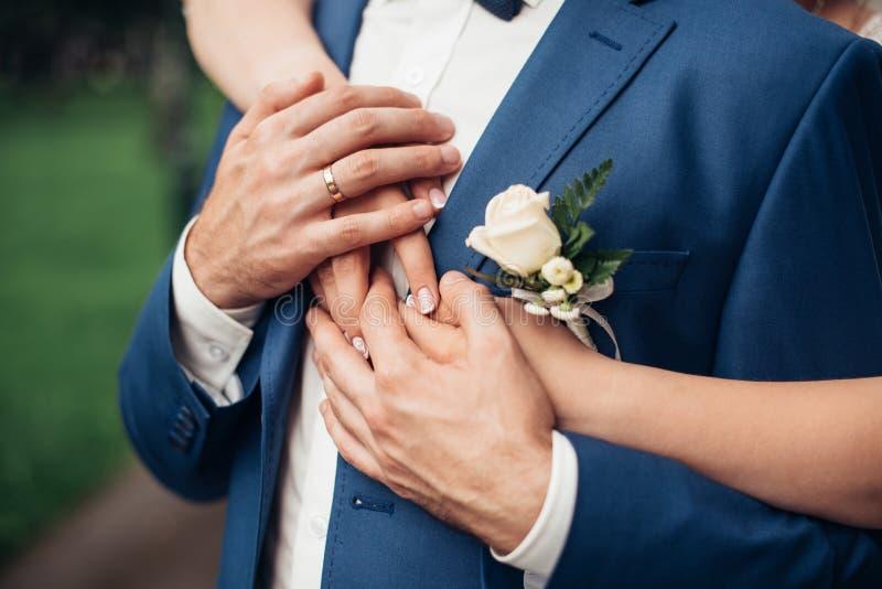 Omhels het paar bij het huwelijk Huwelijksdag, details stock foto