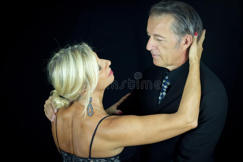 Omhelst volwassen paar van tangodansers royalty-vrije stock fotografie