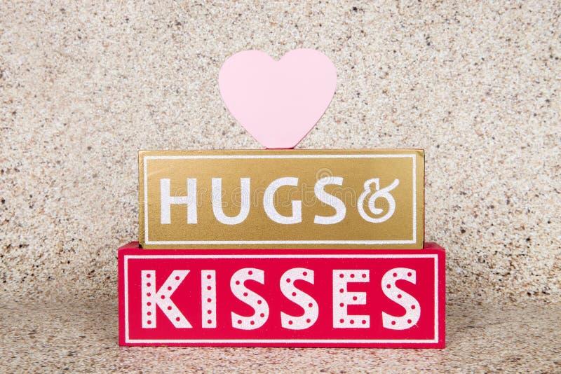 Omhelzingen en kussen stock fotografie