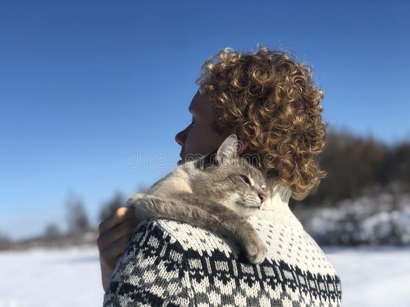 Omhelzingen van huisdiereneigenaar op de schouder royalty-vrije stock fotografie