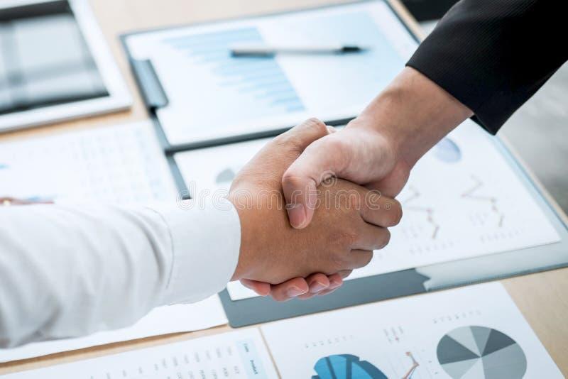 Omhoog beëindigend een gesprek na samenwerking, handdruk van twee bedrijfsmensen na contractovereenkomst om een partner te worden royalty-vrije stock foto