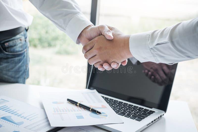 Omhoog beëindigend een vergadering, Bedrijfshanddruk na het bespreken van goede overeenkomst van Handel om overeenkomst te ondert stock afbeeldingen