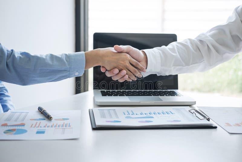 Omhoog beëindigend een vergadering, Bedrijfshanddruk na het bespreken van goede overeenkomst van Handel om overeenkomst te ondert royalty-vrije stock afbeelding