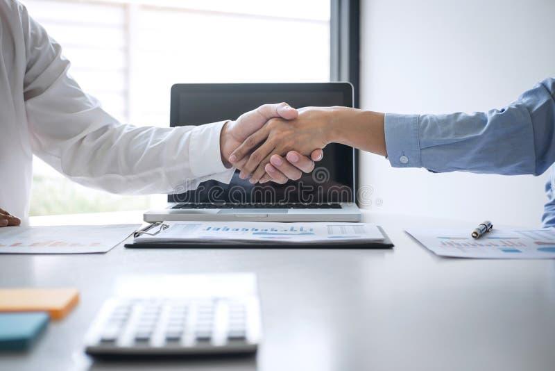 Omhoog beëindigend een vergadering, Bedrijfshanddruk na het bespreken van goede overeenkomst van Handel om overeenkomst te ondert royalty-vrije stock afbeeldingen