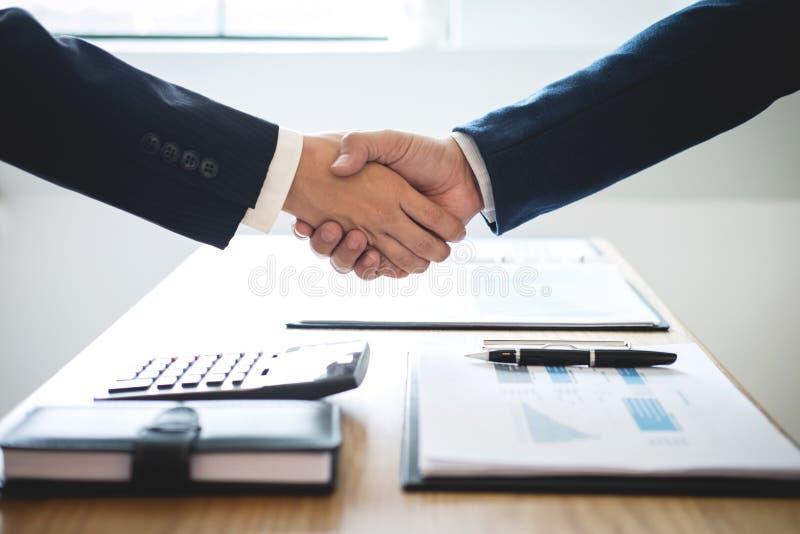 Omhoog beëindigend een vergadering, handdruk van twee gelukkige bedrijfsmensen na contractovereenkomst om een partner te worden,  stock foto's