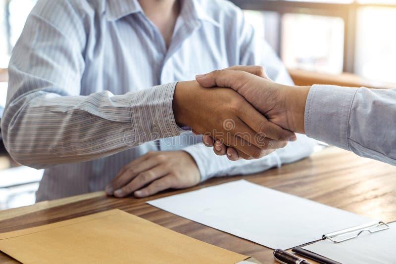 Omhoog beëindigend een vergadering, handdruk van twee gelukkige bedrijfsmensen na contractovereenkomst om een partner te worden,  royalty-vrije stock afbeeldingen