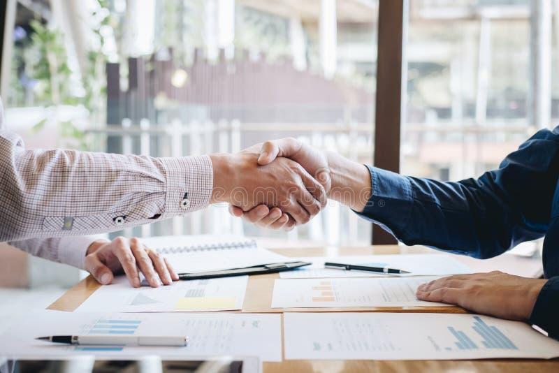 Omhoog be?indigend een gesprek na samenwerking, handdruk van twee bedrijfsmensen na contractovereenkomst om een partner te worden stock fotografie