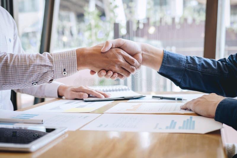 Omhoog be?indigend een gesprek na samenwerking, handdruk van twee bedrijfsmensen na contractovereenkomst om een partner te worden royalty-vrije stock foto's