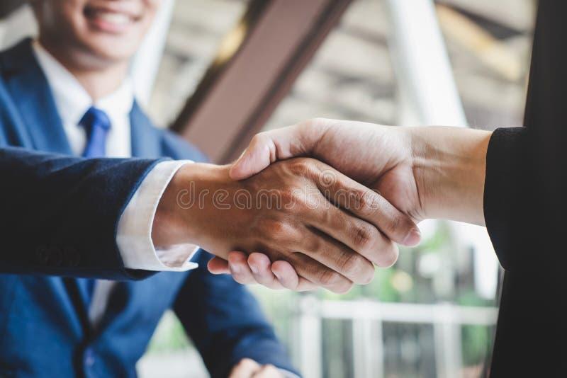 Omhoog be?indigend een vergadering, handdruk van twee gelukkige bedrijfsmensen na contractovereenkomst om een partner te worden,  royalty-vrije stock afbeeldingen