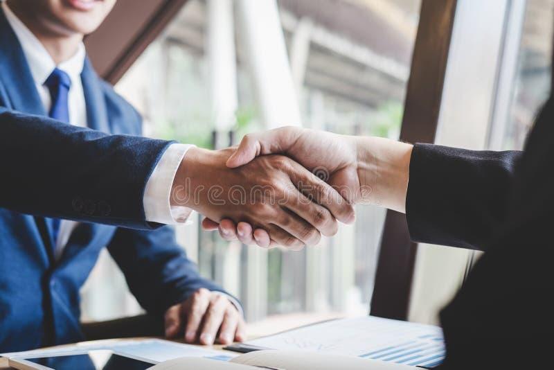 Omhoog be?indigend een vergadering, handdruk van twee gelukkige bedrijfsmensen na contractovereenkomst om een partner te worden,  stock afbeelding
