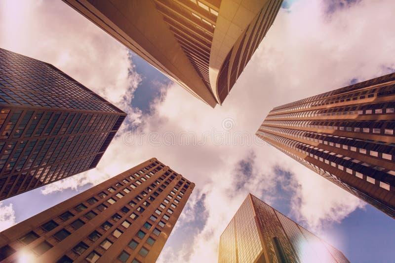 Omhoog bekijkend de bouw van Chicago ` s in financieel district, IL, de V.S. Gekleurde wijnoogst royalty-vrije stock foto