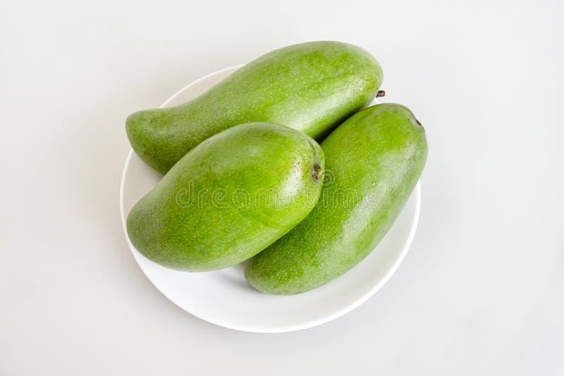Omhoog besloten groep ruwe verse groene mango op witte achtergrond -, hoogste mening royalty-vrije stock fotografie