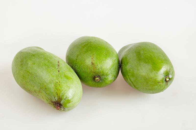 Omhoog besloten groep ruwe verse groene mango op witte achtergrond -, hoogste mening stock afbeelding