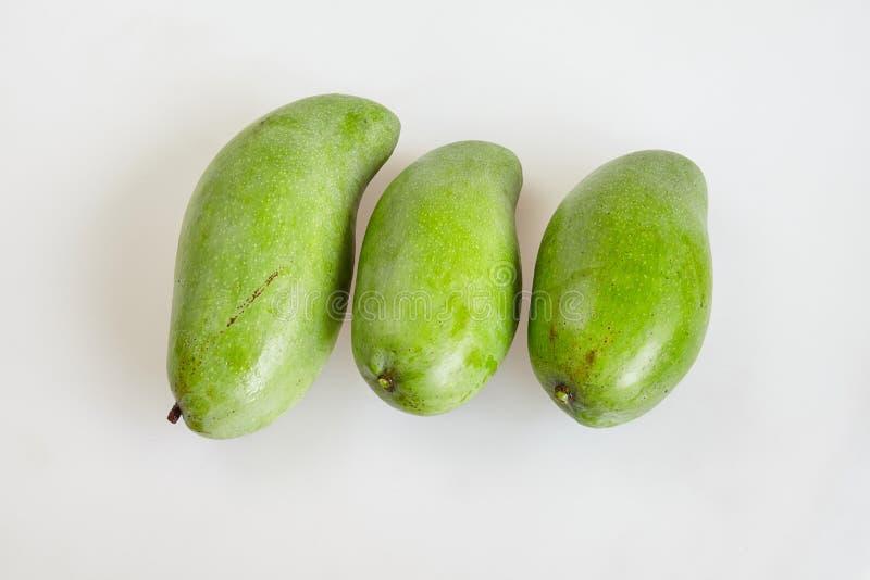 Omhoog besloten groep ruwe verse groene mango op witte achtergrond -, hoogste mening stock foto's