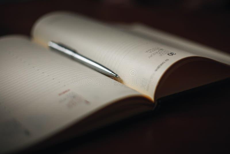 Omhoog dichte pen en notitieboekje stock fotografie