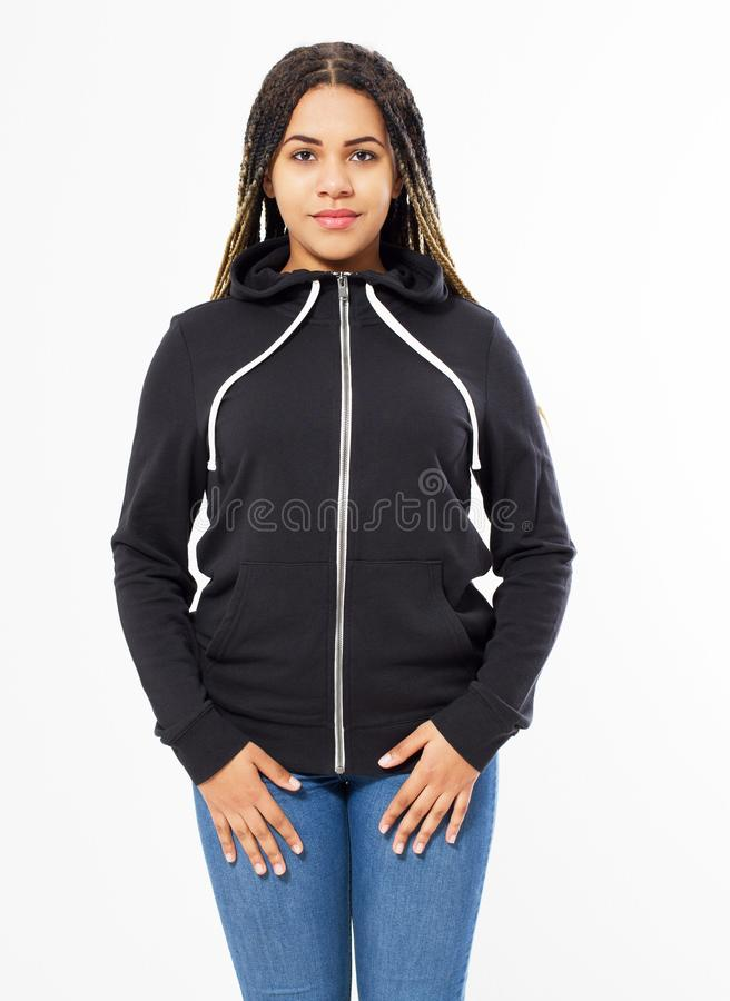 Omhoog geïsoleerde spot van het Afro de Amerikaanse sweatshirt Het vrouwelijke model van slijtage donkere hoodie Duidelijke hoody royalty-vrije stock foto