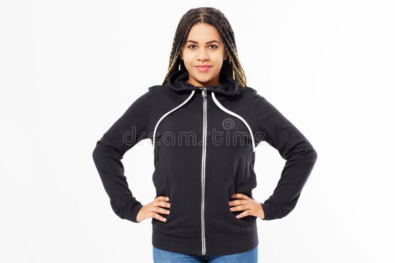Omhoog geïsoleerde spot van het Afro de Amerikaanse sweatshirt Het vrouwelijke model van slijtage donkere hoodie Duidelijke hoody stock afbeelding